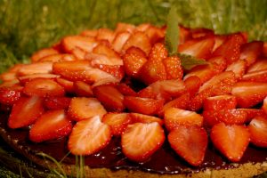 Erdbeer-Biskuit-Kuchen mit Zartbitterschokoschicht