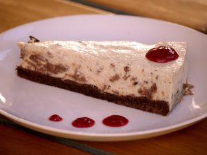"""""""Oreo""""-Kuchen mit Himbeersoße"""