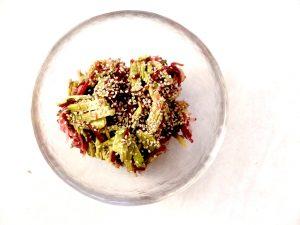Rot-Grün-Salat mit Sesam und Sojasauce