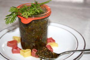 Karottengrün-Nuss-Pesto