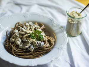 Spagetti mit Räuchertofu-Mandelsahne-Carbonara