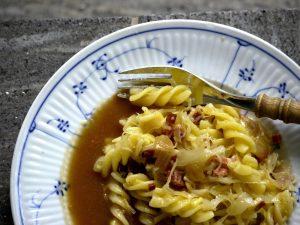 Vegane Sauerkraut-Speck-Käse-Nudeln mit Bratensoße