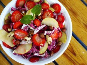 Radicchio-Salat mit Apfel, Erdbeeren, Nüssen & Walsnuss-Ingwer-Zitronendressing