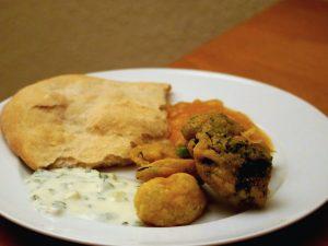 Indische Gemüse-Pakora mit Naan, Minz-Raita & Mango-Chutney