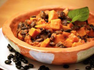 Afrikanisch inspiriert: Schwarzer Bohnen-Süßkartoffel-Erdnuss Eintopf
