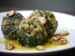 Spinat-Semmelknödel mit geröstetem Nussparmesan & Veganem Butteröl