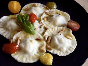 Ravioli mit Pilzfüllung, Salbeibutter & gerösteten Pinienkernen