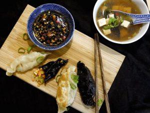 Chinesische Charcoal-Jiǎozi – gedämpfte Gemüse-Teigtaschen mit Misosuppe