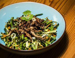 Asiatischer Spitzkraut-Salat mit knusprigen Austernpilzstreifen