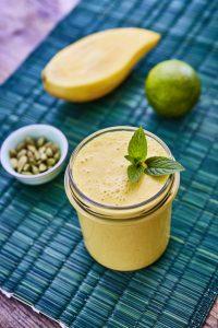 Veganes Mango-Lassi mit Joghurt und Minze
