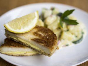Kohlrabi-Cordon-Bleu mit Kartoffel-Gurken-Salat
