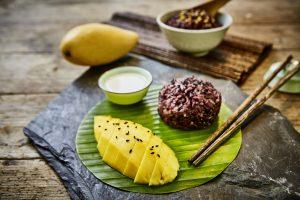 Thailändischer schwarzer Klebreis mit Mango und süßer Kokossoße