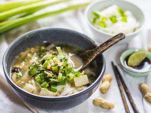 Mì Quảng – Scharfe vietnamesische Kokos-Reisbandnudel-Suppe mit Pilzen, Tofu, frischen Kräutern & gerösteten Erdnüssen