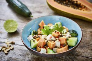Papaya-Salat mit Tofu, gerösteten Erdnüssen und vietnamesischem Dressing