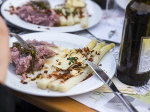 Spargel Deluxe – Mit Albaöl, Räuchertofu, rosa Kartoffelpüree & Rauchpaprika-Röstzwiebeln